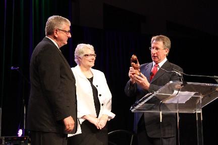David Coffey (der.) instala a John Upton como nuevo Presidente de la Alianza Bautista Mundial | BWA